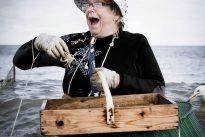 Nicole Vanzinghel, épluchage et crustacés