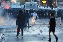 OM-PSG: des supporters marseillais caillassent une voiture près du Vélodrome