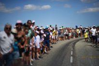 Tour de France: une étape dans lavoiture-balai, entre galères et filouteries