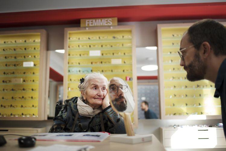 """L&squot-application """"Paris en compagnie"""" créée par la mairie de Paris met en lien des séniors et des bénévoles pour les accompagner sur un rendez-vous extérieur ou se ballader. Philippe Lazerini fait partie de ces bénévoles. Aujourd&squot-hui, il accompgane Irène Martin, 76 ans, chez l&squot-opticien pour qu&squot-elle puisse changer ses lunettes. Paris, 28 septembre 2019."""