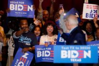 A l'aube du «Super Tuesday», Biden prend la tête du front anti-Sanders